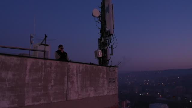 喫煙と街を見て - ローアングル点の映像素材/bロール
