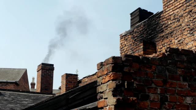 stockvideo's en b-roll-footage met smoking brick chimney. - schoorsteen