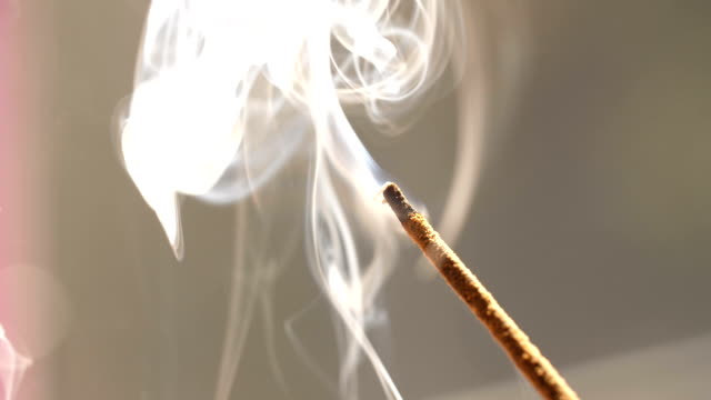 vídeos de stock, filmes e b-roll de vara de fumo do incenso no quarto - aromaterapia