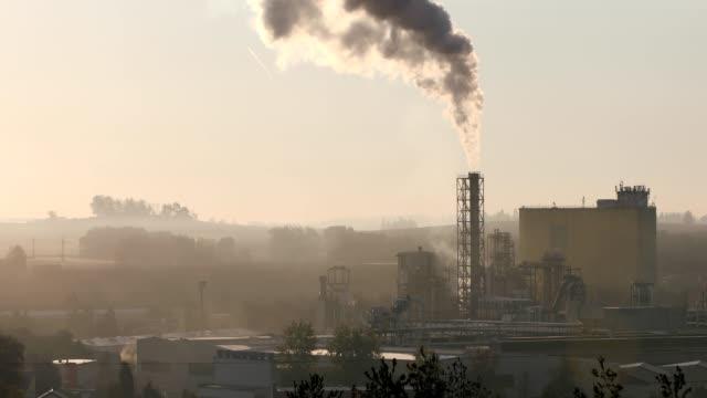 흡연 산업 파이프, 대기 오염 - 환경 피해 스톡 비디오 및 b-롤 화면