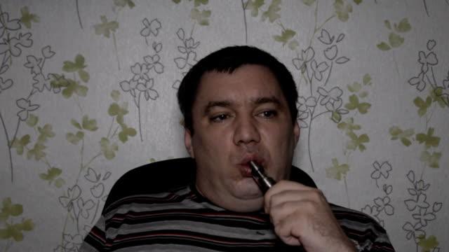 sigara zararlı 1. - nikotin stok videoları ve detay görüntü çekimi