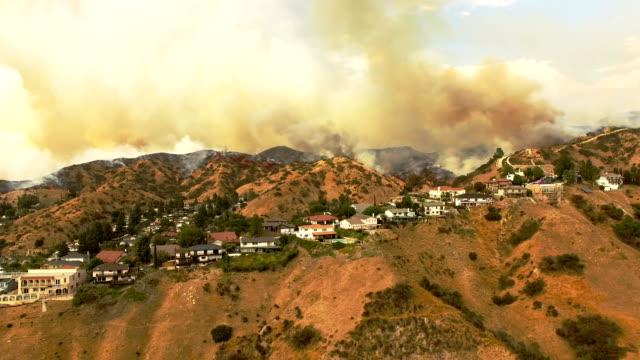 stockvideo's en b-roll-footage met rokerige wildvuur in californië buurt - bosbrand