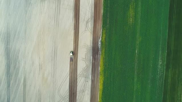 vidéos et rushes de smooth images aériennes de tracteur labourant le champ. - seigle grain