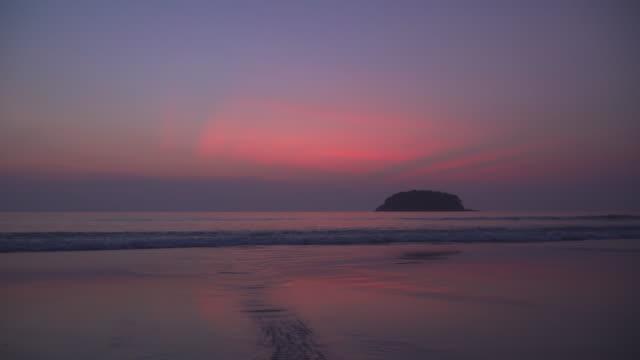 slät rosa våg i skymningen - pink sunrise bildbanksvideor och videomaterial från bakom kulisserna
