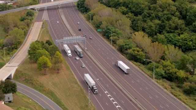 antenne: reibungslosen verkehrsfluss auf nationalen interstate autobahn im laufe des abends - straßenfracht stock-videos und b-roll-filmmaterial