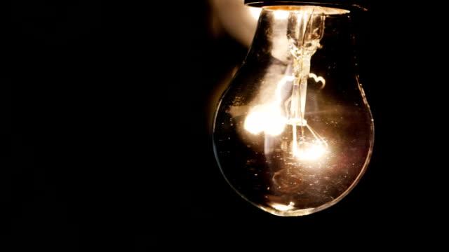 スムーズに点灯し、電球を行く - 電球点の映像素材/bロール