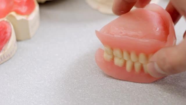 Snapping dentures jaw, models of jaws video