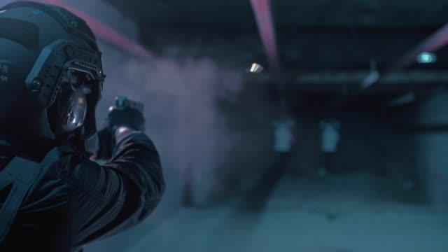 vidéos et rushes de formation de sniper sur un champ de tir. mitrailleuse - mitrailleuse