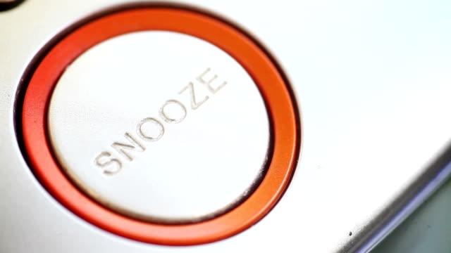 snooze button on an alarm clock. - sonnecchiare video stock e b–roll
