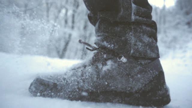vidéos et rushes de bottes de neige slow motion - bottes