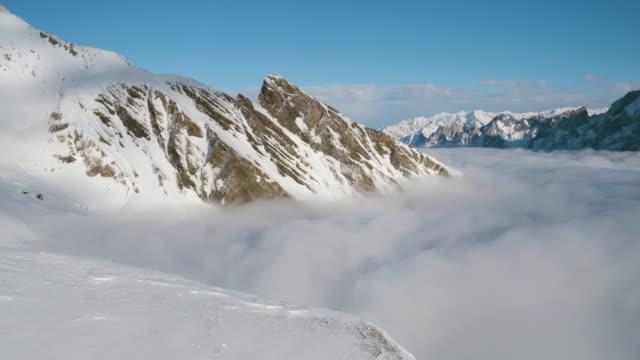 snow capped berget ovanför molnen i wengen, schweiz - wengen bildbanksvideor och videomaterial från bakom kulisserna