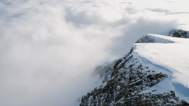 snow capped berget ovanför molnen i wengen - wengen bildbanksvideor och videomaterial från bakom kulisserna