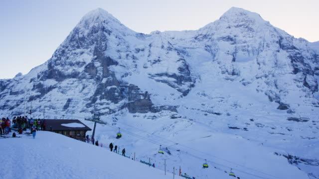 snötäckta berg och ski slope i wengen, schweiz - wengen bildbanksvideor och videomaterial från bakom kulisserna