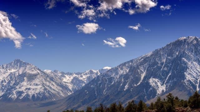 雪を頂いた山脈ネバダ - カリフォルニアシエラネバダ点の映像素材/bロール