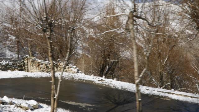schneebedeckte berge road - himachal pradesh stock-videos und b-roll-filmmaterial