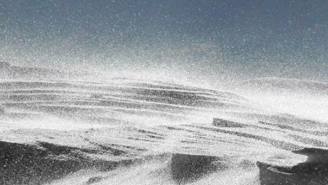 snö drifting i bergen, närbild - snöstorm bildbanksvideor och videomaterial från bakom kulisserna