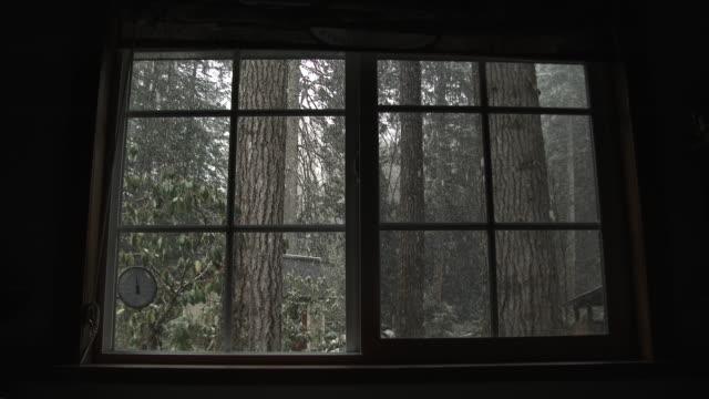 schnee fällt im wald durch kabinenfenster - blockhütte stock-videos und b-roll-filmmaterial