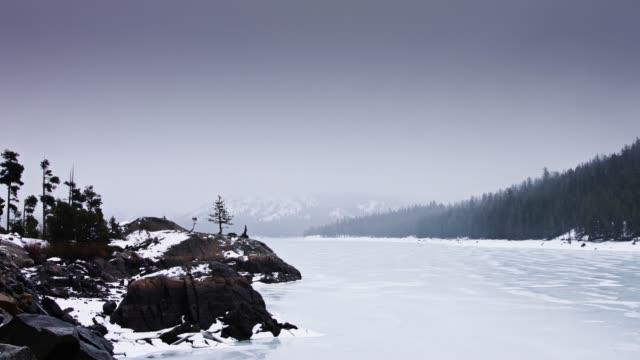 凍った湖に降る雪 - カリフォルニアシエラネバダ点の映像素材/bロール