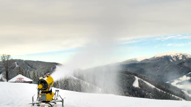 makineli tüfek bir kayak pisti üzerinde kar. timelapse - mountain top stok videoları ve detay görüntü çekimi