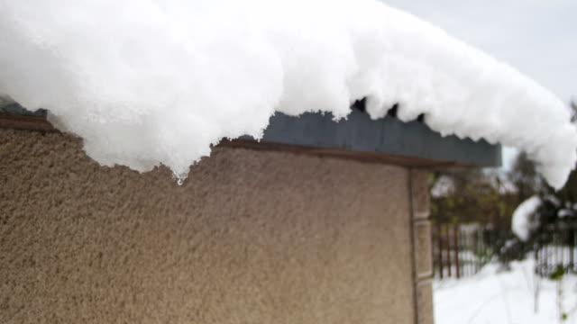 snö smälter från taken och droppar ner på våren - icicle bildbanksvideor och videomaterial från bakom kulisserna