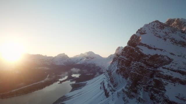 stockvideo's en b-roll-footage met snow mountain luchtfoto - matterhorn