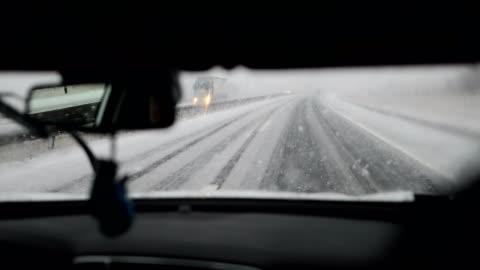 vidéos et rushes de neige sur l'autoroute. dangereux au volant - hiver