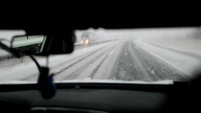 snö på motorvägen. farlig körning - vindruta bildbanksvideor och videomaterial från bakom kulisserna