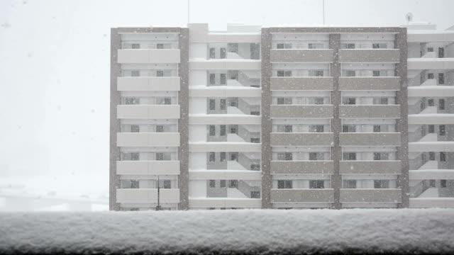 vidéos et rushes de une tempête de neige et de bâtiment - pont gênes