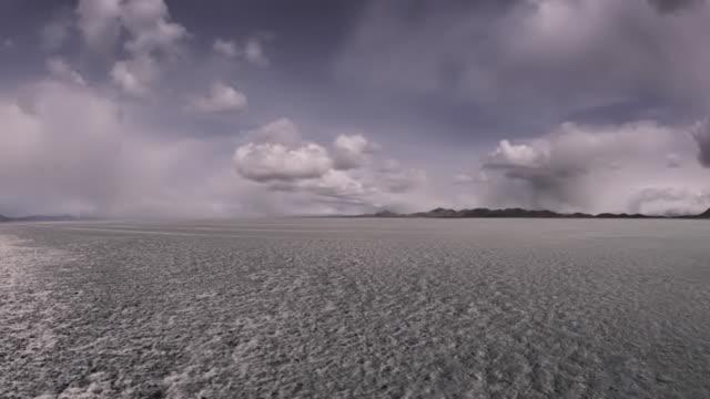 vidéos et rushes de tempête de neige, d'un lit de lac asséché, dolly, le temps qui passe - lac salé