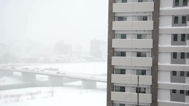 vidéos et rushes de tempête de neige sur le pont. - pont gênes