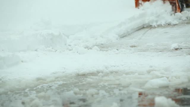Schneepflug Rechteklärung Schnee an der Auffahrt – Video