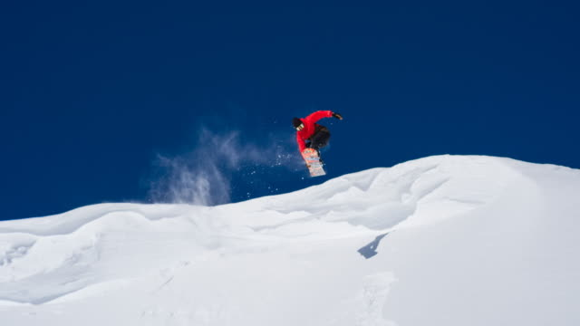 snowboarder enjoying sunny winter day - snowboarding video stock e b–roll