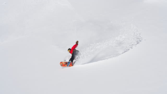 snowboarder making a turn in fresh snow - sci sci e snowboard video stock e b–roll