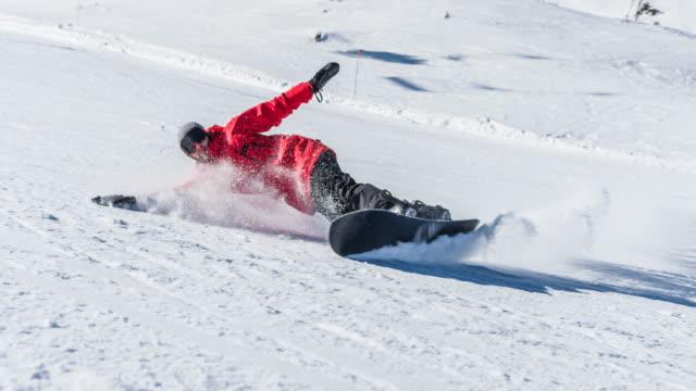 snowboarder making a turn on ski slope - sci sci e snowboard video stock e b–roll
