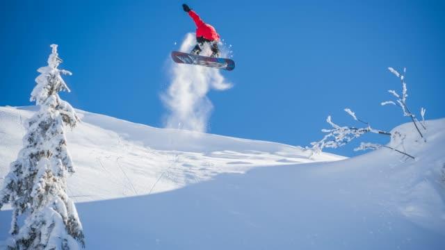 snowboarder einen stunt durchführen - stunt stock-videos und b-roll-filmmaterial