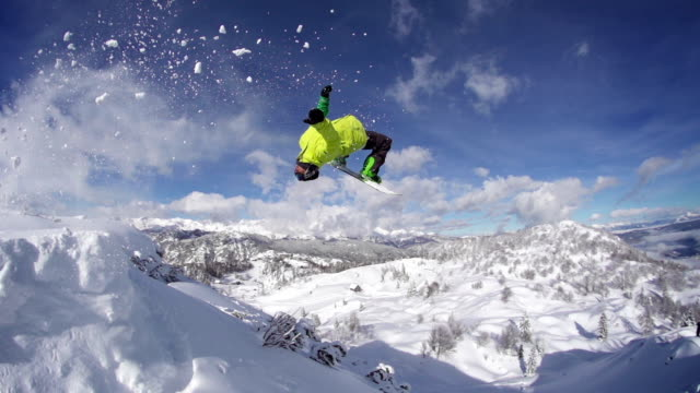 snowboarder salti fare le capriole all'indietro - snowboarding video stock e b–roll