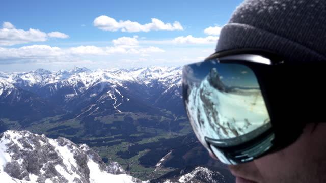 cu snowboarder mette su i suoi occhiali da sci - occhiali protettivi video stock e b–roll