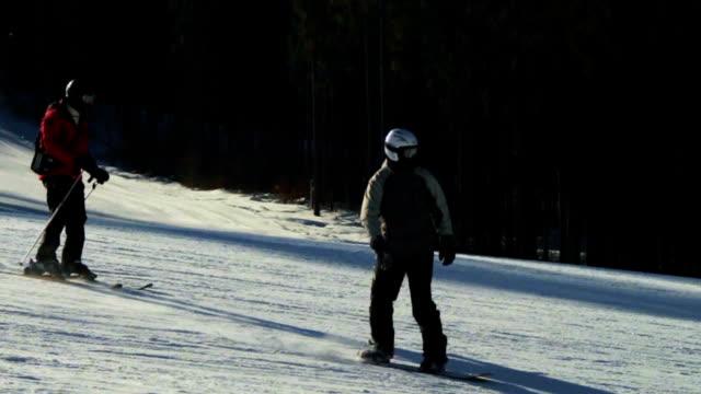 vídeos de stock, filmes e b-roll de snowboard passeios na estrada - campeonato esportivo