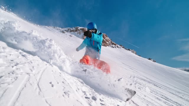 speed ramp snowboarder riding through powder and causing a splash - snowboarding video stock e b–roll