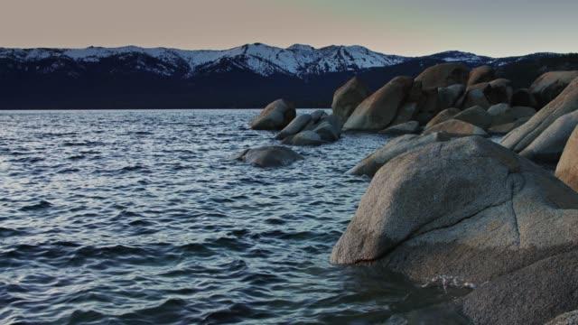 黃昏時分的太浩湖白雪皚皚山脈 - 州立公園 個影片檔及 b 捲影像