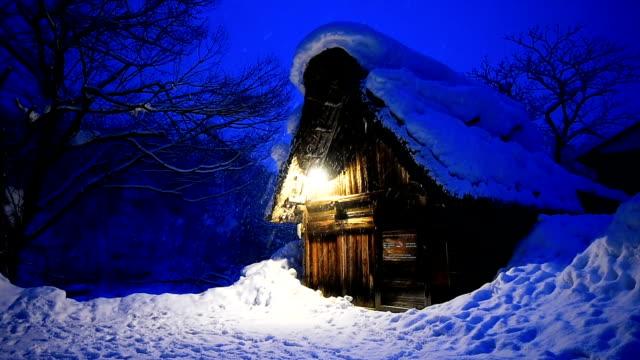 vídeos de stock, filmes e b-roll de queda de neve em vila de shirakawa-vá no inverno, locais de património mundial da unesco, japão. - cena não urbana