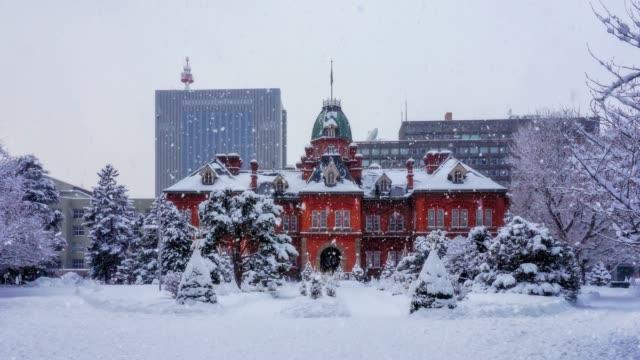 det snöar på tidigare hokkaido regering kontor i sapporo, hokkaido, japan. - hokkaido bildbanksvideor och videomaterial från bakom kulisserna