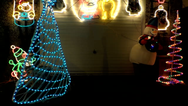 snowman and christmas lights на ночь - christmas decoration стоковые видео и кадры b-roll