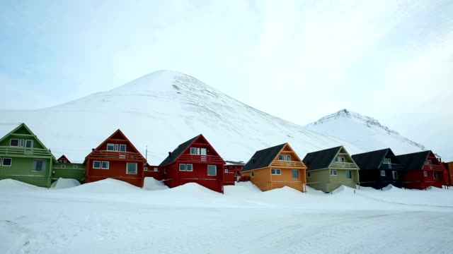 vídeos de stock e filmes b-roll de moto de neve numa pequena vila norueguesa no norte longínquocameroon_provinces.kgm. - isolated house, exterior