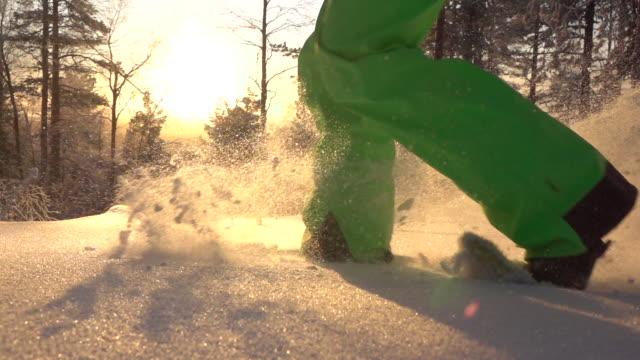 slow motion snöskor och körs genom nysnö filt på bergssluttning - vintersport bildbanksvideor och videomaterial från bakom kulisserna