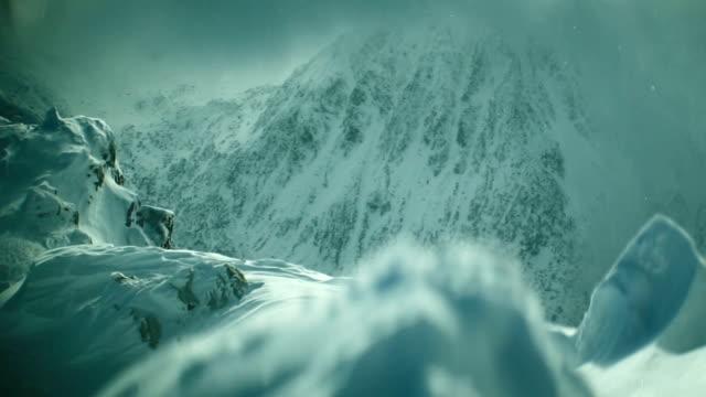 vídeos y material grabado en eventos de stock de snowtorm en montaña - escalada en rocas
