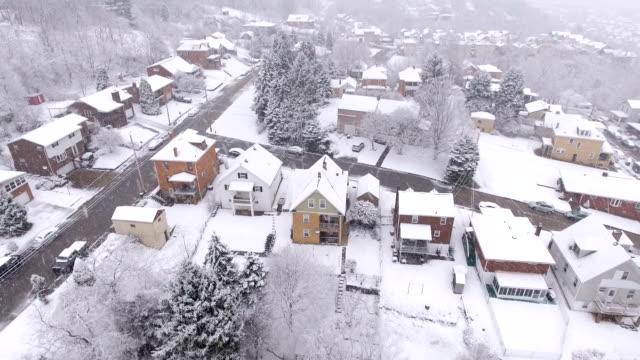 vídeos de stock e filmes b-roll de snowy aerial winter view pennsylvania residential neighborhood - clima