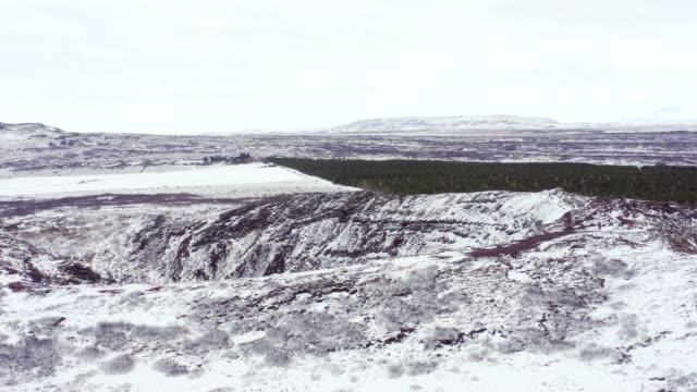 vídeos y material grabado en eventos de stock de nevado kerio crater en el círculo dorado de islandia visto desde el aire - basalto
