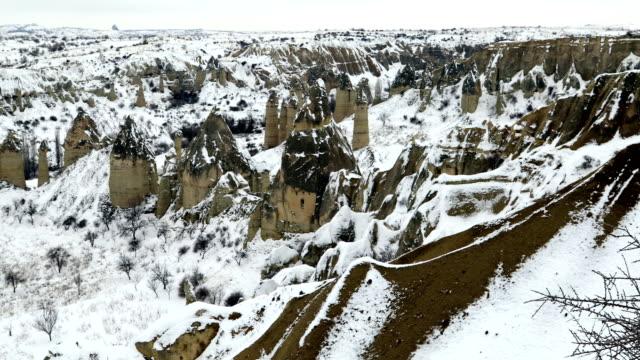 kapadokya türkiye karlı dağ manzarası - fallus şeklinde stok videoları ve detay görüntü çekimi