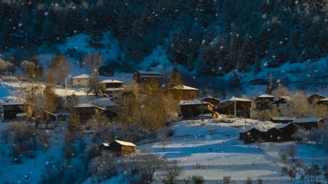 stockvideo's en b-roll-footage met besneeuwde dorp - christmas cabin